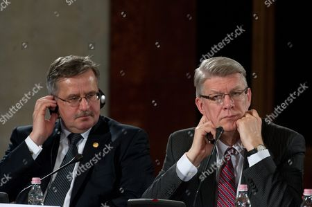 Polish President Bronislaw Komorowski (l) and Latvian President Valdis Zatlers Attend a Press Conference at the End of the Second Day Meeting of Heads of State of Arraiolos Group Plus Slovenia in the Hungarian National Galery in Budapest Hungary 09 April 2011 Hungary Budapest