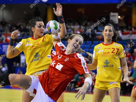 Susan Torp Thorsgaard (c) of Denmark in Action Against Spanish Players Beatriz Fernandez (l) and Lara Gonzalez (r) During the Women's European Championship Main Round Group i Handball Match Between Spain and Denmark in Debrecen Hungary 17 December 2014 Hungary Debrecen