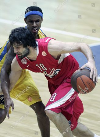 Daniel Ewing (l) of Asseco Prokom Gdynia Tries to Stop Milos Teodosic (r) of Olympiacos Pireus During Their Play Off Quarterfinal Euroleague Basketball Match in Gdynia Poland 30 March 2010 Poland Gdynia