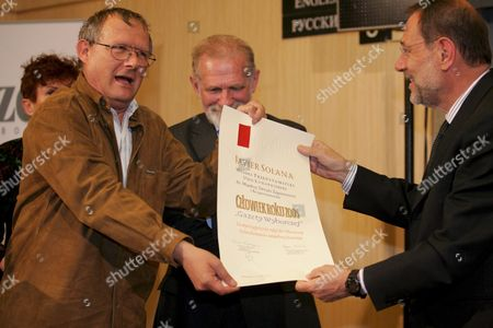 European Union Foreign Policy Chief Javier Solana (r) Receives His 'Man of the Year 2004' Award From the Editor-in-chief Adam Michnik (l) of Gazeta Wyborcza (one of the Main Polish Newspapers) in Warsaw on Wednesday 11 May 2005 Centre is Former Polish Foreign Minister and Now Mep Bronislaw Geremek Poland Warsaw