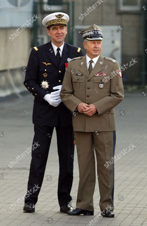 Chief of the General Staff of the Polish Armed Forces General Franciszek Gagor (r) and Nato Supreme Allied Commander Transformation (sact) General Stephane Abrial (l) During the Welcome Ceremony in Warsaw Poland 27 October 2009 Poland Warsaw