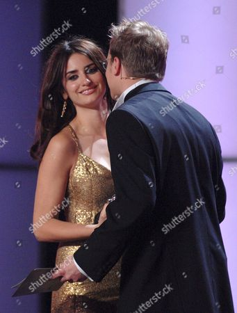 Spanish Actress Penelope Cruz is Congratulated by Maciej Stuhr on the Award He Presented to Her As Best European Actress 2006 For Her Role in the Film Volver at the European Film Awards (efa) Awards Ceremony in Warsaw Saturday 02 December 2006 Poland Warsaw