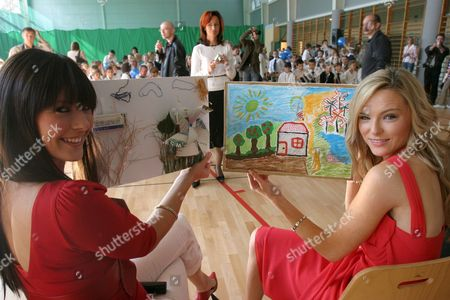 Miss Scotland Nicola Mclean (l) and Miss Ireland Sara Morrissey (r) Meet with Children From 75th Primary School in Warsaw on Tuesday 26 September 2006 Poland Warsaw