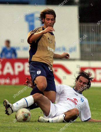 Wisla Plock's Patryk Rachwa (r) Fights For the Ball with Kim Jaggy (l) of Grasshoppers Zurich During Their Second Leg Second Qualifying Round Uefa Cup Soccer Match in Plock Poland Thursday Aug 25 2005 Poland Plock