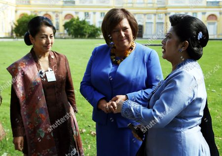 Poland's First Lady Anna Komorowska (c) and Indonesian First Lady Ani Bambang Yudhoyono (r) Walk in Palace's Garden During a Visit to the Palace Museum in Wilanow in Warsaw Poland 04 September 2013 President Yudhoyono and His Wife Are on an Official Visit to Poland Poland Warsaw