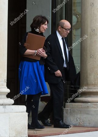 French Minister for Social Affairs and Health Marisol Touraine (L) and French Defence Minister Jean-Yves Le Drian leave the Elysee Presidential Palace