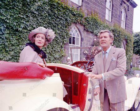 Veronica Hurst (as Lady Jane Flaxton) and Richard Gale (as Miles Osborne)