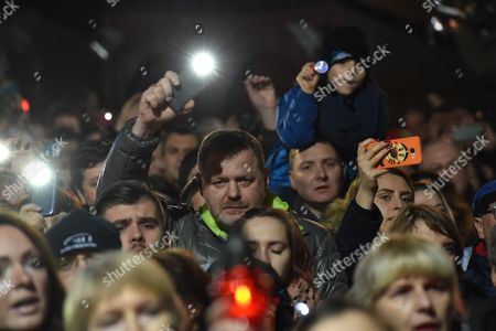 Stock Image of Several Thousand People Said Goodbye Leonard Cohen Common Performance of the Iconic Song 'Hallelujah' During the Event Organized by the City 'Krakow Says Goodbye Leonard Cohen' at the Main Square in Krakow 20 November 2016 Poland Kraków