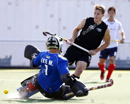 Steve Edwards (r) of New Zealand Scores the 1-0 Lead Against South Korea's Goalkeeper Myungho Lee (l) During a Group Stage Match in the Men's Tournament of the Field Hockey World Cup in the Hague Netherlands 01 June 2014 Netherlands the Hague