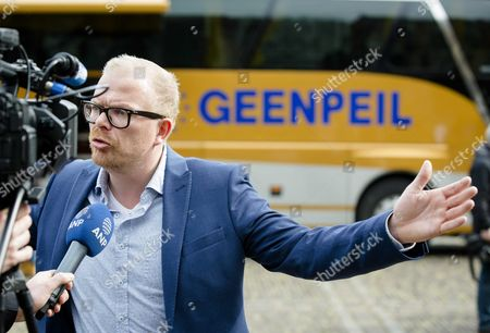 Stock Image of Geenpeil Frontman Jan Roos During the Nationwide Bus Tour of Geenpeil Initiator of the Dutch Referendum on the Eus Treaty of Association with Ukraine in the Hague During the Nationwide Tour in the Hague the Netherlands 05 April 2016 the Referendum is Scheduled on 06 April 2016 to Decide in Favor Or Against the Ratification of the Association Agreement Between the Eu and Ukraine Netherlands the Hauge