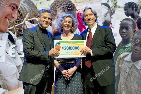 (l-r) Us Actor-director George Clooney Nationale Postcode Loterij Managing Director Marieke Van Schaik and Us Human Rights Activist John Prendergast Show a 500 000 Eur Check For the 'Not on Our Watch' Charity During the 'Goed Geld Gala' (good Money Gala) at the Theater Carre in Amsterdam the Netherlands 26 January 2016 the Event was Organized by a Dutch Charity Lottery Netherlands Amsterdam