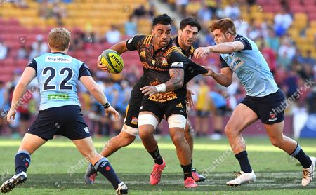 Chiefs player Liam Messam (C) with possession during the pool match between the Waikato Chiefs and New South Wales Warratahs on day 1 of the Brisbane Global Rugby Tens at Suncorp Stadium in Brisbane, Australia, 11 February 2017.