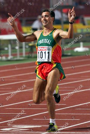 Budapest Hungary - Portuguese Antonio Pinto Celebrates As He Wins Mens 10 000m Race at the European Championships in Athletics in Budapests Nepstadium 18 August 1998 Ahead of German Dieter Baumann Epa-photo/epa/eric Feferberg/so/gh/ow  Hungary Budapest