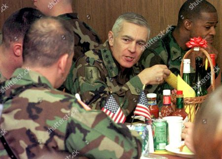 Tuzla Bosnia and Hercegovina : Us General Wesley K Clark (c) Natos Supreme Commander in Europe Has Lunch with Us Soldiers During His Visit to the Us Eagle Base Near Tuzla Bosnia on Thursday 25 November 1999 Clark Visited the Us Troops During His One-day Visit on Occasion of Thanksgivings