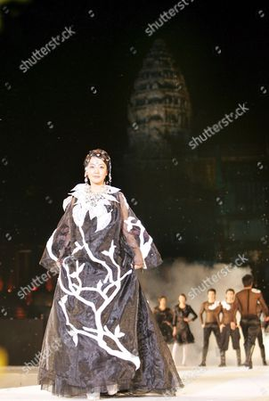 South Korean Actress Kim Hee-sun Shows Off a New Dress at a Fashion Show at the World-famous Angkor Wat Temple Complex in Cambodia Late Monday 11 December 2006 the Show Hosted by South Korean Designer Andre Kim is Part of the 'Angkor-gyeongju World Culture Expo 2006' That South Korea and Cambodia Launched Last Month to Showcase the Confluence of Angkor Wat Historic Sites and Cultural Assets From Korea's Ancient Silla Dynasty Cambodia Angkor Wat