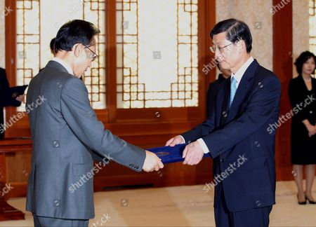South Korean President Lee Myung-bak (l) Gives Kim Hwang-sik a Letter of Appointment As Prime Minister at the Presidential Office Cheong Wa Dae in Seoul South Korea on 01 October 2010 Earlier in the Day the National Assembly Passed Kim's Confirmation Bill in a Plenary Vote in Which 169 Lawmakers Approved His Confirmation out of the Total 244 Votes Cast Korea, Republic of Seoul