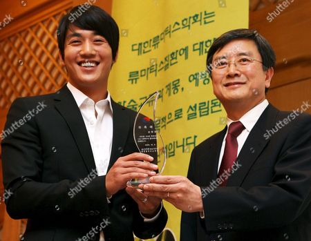 South Korean Actor Kim Rae-won (l) was Appointed As a Publicity Ambassador For the '2008 Rheumatism 1 2 3 Campaign' Responds to Reporters' Questions During a Korean Rheumatism Association Symposium at Shilla Hotel in Seoul South Korea 10 October 2008 Korea, Republic of Seoul