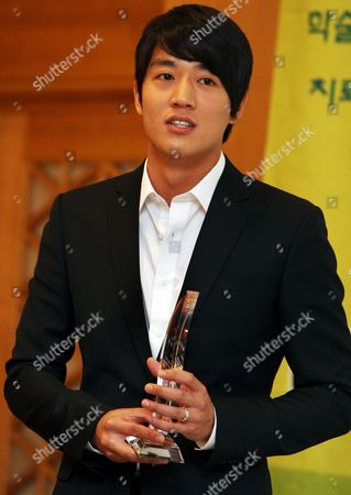 South Korean Actor Kim Rae-won who was Appointed As a Publicity Ambassador For the '2008 Rheumatism 1 2 3 Campaign' Responds to Reporters' Questions During a Korean Rheumatism Association Symposium at Shilla Hotel in Seoul South Korea 10 October 2008 Korea, Republic of Seoul