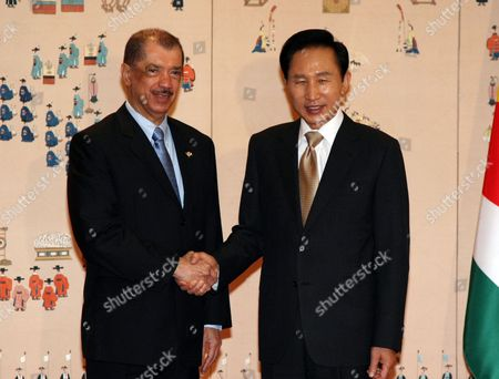 South Korean President Lee Myung-bak (r) and Seychelles President James Michel Shake Hands at the Presidential Office Cheong Wa Dae Prior to Their Summit Talks in Seoul 14 October 2009 Michel who Arrived in Seoul the Previous Day is Making the Three-day Trip at the Invitation of the South Korean Government Korea, Republic of Seoul