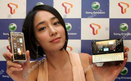 South Korean Actress Lee Min-jung Shows Off the 'Experia X1 ' a New Cell Phone by Sony Ericsson Equipped with a Full Qwerty Key Pad at a Show in Seoul South Korea on 10 March 2009 Korea, Republic of Seoul