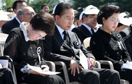 South Korean President Lee Myung-bak (c) Offers a Silent Prayer For the Late Former President Kim Dae-jung Along with Kim's Wife Lee Hee-ho (l) and First Lady Kim Yoon-ok (r) at a State Funeral on 23 August 2009 at Parliament Square in Seoul South Korea Kim Died on Aug 18 After Fighting a Long Battle with Pneumonia Korea, Republic of Seoul