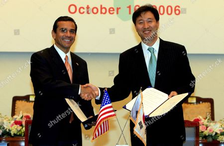 Los Angeles Mayor Antonio R Villaraigosa (l) and Seoul Mayor Oh Se-hun (r) Shake Hands After Signing a Preliminary Agreement to Form a Sisterhood Relationship Between Cheonggyecheon Stream in the South Korean Capital and the Los Angeles River in the Us West Coast City Monday 16 October 2006 Korea, Republic of Seoul