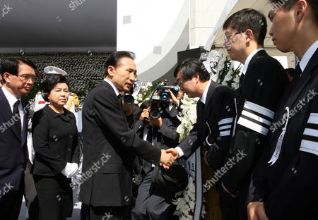 South Korean President Lee Myung-bak (3-l) Accompanied by First Lady Kim Yoon-ok (2-l) Expresses His Condolences to the Family of the Late Former President Kim Dae-jung Including Kim's Second Son Hong-up in Front of the National Assembly in Seoul South Korea on 21 August 2009 a State Funeral Will Be Held For the Late President at Parliament Square on 23 August 2009 Korea, Republic of Seoul