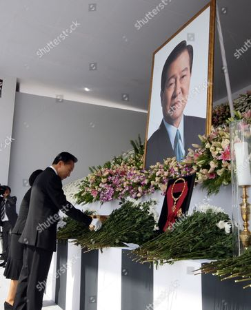 South Korean President Lee Myung-bak (r) and First Lady Kim Yoon-ok Pay Tribute to the Late Former President Kim Dae-jung at a Memorial Altar in Front of the National Assembly in Seoul South Korea on 21 August 2009 a State Funeral Will Be Held For the Late President at Parliament Square on 23 August 2009 Korea, Republic of Seoul