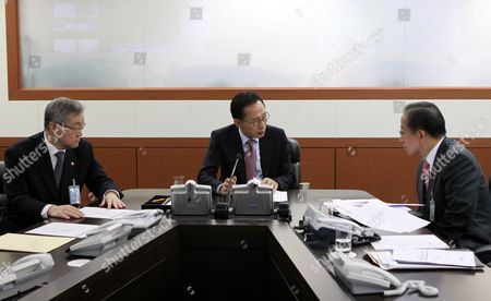 South Korean President Lee Myung-bak (c) Receives a Report From Defense Minister Kim Tae-young (r) on North Korea's Artillery Firing on a South Korean Island in the Yellow Sea During an Emergency Security Meeting at the Presidential Office Cheong Wa Dae in Seoul on 23 November 2010 Earlier in the Day the Communist Country From Its Western Coastal Stronghold Fired Several Rounds of Artillery Toward Yeonpyeong Island Killing a Marine and Injuring a Dozen of Other Soldiers and Civilians Korea, Republic of Seoul
