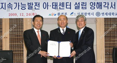 Incheon Mayor Ahn Sang-soo Environment Minister Lee Man-ee and Kim Han-joong President of Yonsei University (l to R) Pose After Signing a Memorandum of Understanding on Cooperation to Set Up the Asia-pacific Center of the U N Commission For Sustainable Development in the Country's Western Port City Incheon South Korea 24 December 2009 Korea, Republic of Incheon