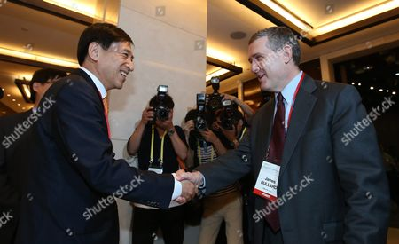 Bank of Korea (bok) Governor Lee Ju-yeol (l) Shakes Hands with James Bullard (r) President and Ceo of the Federal Reserve Bank of St Louis During Bok's Annual International Conference at a Hotel in Seoul South Korea 30 May 2016 the Two-day Conference Titled 'Employment and Growth Roles of Macroeconomic Policy and Structural Reform ' Brings Together Dozens of Leading Economists From Around the World Korea, Republic of Seoul