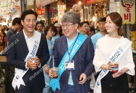 Yoo Gyeong-joon (c) the Commissioner of the Statistics Korea Promotes the 2016 Economic Census with the Event's Honorary Ambassadors South Korean Actor Ji Jin-hee (l) and South Korean Anchor Park Sun-young (r) at the Kwangjang Traditional Market in Seoul South Korea 12 June 2016 Korea, Republic of Seoul
