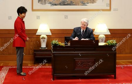 South Korean President Park Geun-hye (l) Watches Iceland's President Olafur Ragnar Grimsson (r) Signing a Visitors' Book Prior to Their Talks at the Presidential Office Cheong Wa Dae in Seoul South Korea 09 November 2015 Korea, Republic of Seoul