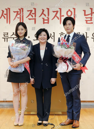 South Korean Actress Oh Yeon-seo (l) Attends an Event For Her Appointment As Goodwill Ambassador For the Korean National Red Cross in Their Headquarters in Seoul South Korea 08 May 2014 South Korean Actor Ryu Soo-young (r) was Also Named a Goodwill Ambassador at Center is Yoo Jung-keun President of the Knrc Korea, Republic of Seoul