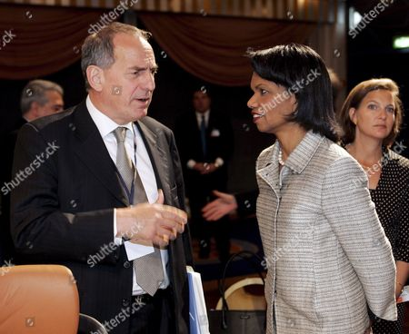 Us Secretary of State Condoleezza Rice (r) Talks with British Under Secretary of State Kim Howells (l) During the Opening of the Nato Foreign Ministers Informal Meeting in Oslo Norway 26 April 2007 Norway Oslo