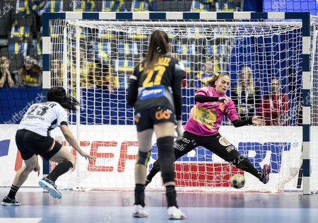 Spain's Goalkeeper Silvia Navarro (r) Saves a Seven Meter Throw From Germany's Svenja Huber (l) During the Women's European Handball Championship Group 1 Match Between Spain and Germany at the Scandinavium Indoor Arena in Gothenburg Sweden 12 December 2016 Sweden Gothenburg