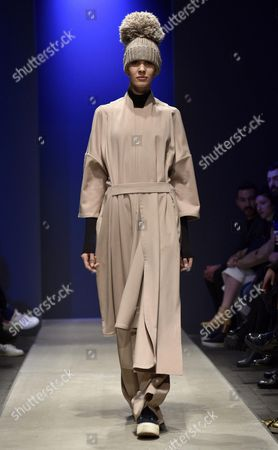 Stock Image of A Model Presents a Creation From the Fall-winter 2016/2017 Collection by Chinese Designer Miao Ran During the Altaromaaltamoda Fashion Week in Rome Italy 29 January 2016 the Altaroma Runs From 29 to 31 January Italy Rome