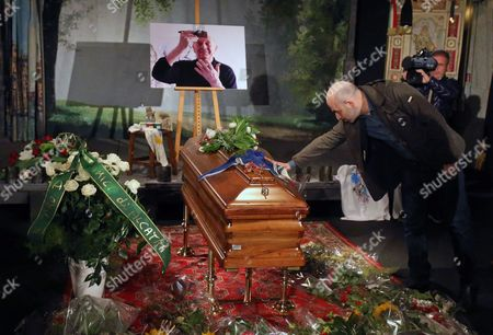Italian Writer Roberto Saviano Pays His Tribute at the Coffin of Italian Writer Actor Political Campaigner and Recipient of the Nobel Prize in Literature Dario Fo at a Mortuary Chapel in Milan Italy 15 October 2016 Fo Died at Age 90 in Milan Italy Milan