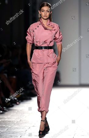 Us Model Gigi Hadid Presents a Creation From the Spring/summer 2017 Collection by German Designer Tomas Maier For Italian Fashion House Bottega Veneta During the Milan Fashion Week in Milan Italy 24 September 2016 the Women's Collections Are Presented at the Milano Moda Donna From 21 to 26 September Italy Milan
