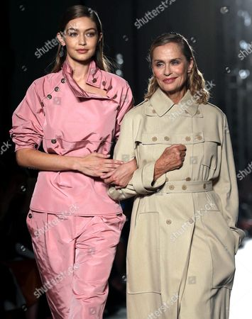 Us Model Gigi Hadid (l) and Us Actress Lauren Hutton Present Creations From the Spring/summer 2017 Collection by German Designer Tomas Maier For Italian Fashion House Bottega Veneta During the Milan Fashion Week in Milan Italy 24 September 2016 the Women's Collections Are Presented at the Milano Moda Donna From 21 to 26 September Italy Milan