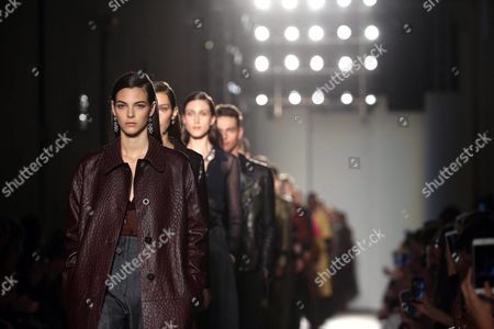 Stock Image of Models Present Creations From the Spring/summer 2017 Collection by German Designer Tomas Maier For Italian Fashion House Bottega Veneta During the Milan Fashion Week in Milan Italy 24 September 2016 the Women's Collections Are Presented at the Milano Moda Donna From 21 to 26 September Italy Milan