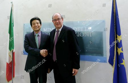 Stock Image of Cai Fuchao (l) Head of China's State Administration of Press Publication Radio Film and Television and Antonello Giacomelli (r) Italian Economic Development Undersecretary in Charge For Communications Shake Hands As They Sign an Agreement Over Cinema and Tv Co-productions Between Italy and China in Rome Italy 19 May 2016 Italy Rome