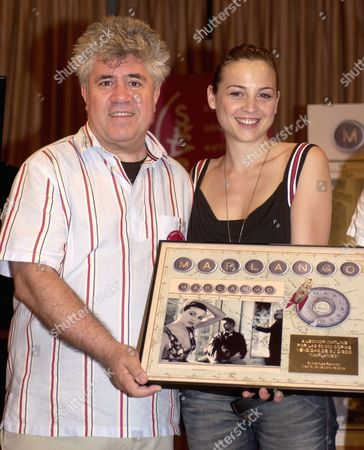 Spanish Singer and Actress Leonor Watling (r) Receives From Spanish Film Director Pedro Almodovar the Golden Record For the 50 000 Sales of Her First Record Called 'Marlango' in Madrid Spain Tuesday 29 June 2004 Epa/paco Torrente Spain Madrid