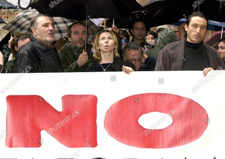 Md11 - 20030326 - Madrid Spain : Spanish Actors Fernando Guillen Cuervo (2ndl) and Carmelo Gomez (r) Among Others Hold a Banner Carrying a Slogan Against the War in Iraq in Madrid Thursday 27 March 2007 the Rally was Organized by the Culture Against the War Platform and the Actors Union in Front of the Culture Ministry in Madrid Epa Photo Efe/j J Guillen Spain Madrid