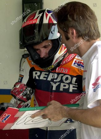 V06-20010831-cheste Spain: Spanish Driver Alex Criville (c) Talks to an Unidentified Mechanic on Friday 31 August 2001 at the Ricardo Tormo Racetrack in Valencia Eastern Spain Prior to a Training Epa Photo Efe/ Manuel Bruque Spain Cheste
