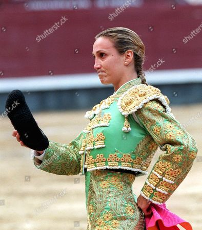 Md21 - 19991012 - Madrid Spain : Spanish Bullfighter Cristina Sanchez Salutes the Crowd After Her Last Bullfight at Madrid's Las Ventas Arena on Tuesday 12 October 1999 Sanchez 27 Announced Her Retirement 20 May 1999 in Madrid Spain Saying a Large Section of the Male Bullfighting Establishment was Sexist and Had Refused to Compete with Her Epa Photo Efe/luis Torres/fob Spain Madrid