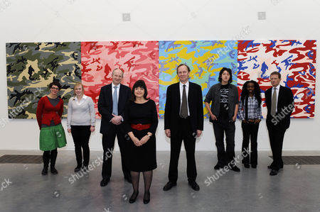 Students with L-R John Leighton (Director-General of the National Galleries of Scotland), Barbara Follett (Minister for Culture, Creative Industries and Tourism), David Barrie (Director of the Art Fund) and Nicholas Serota (Director of Tate)