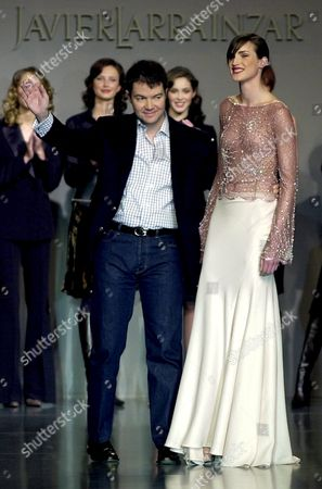 Md14 - 20020218 - Madrid Spain : Spanish Fashion Designer Javier Larrainzar (c) Acknowledges the Applause Flanked by Model Madelaine Hjort After the Preentation of His Autumn-winter 2002/2003 Collection Monday 18 February 2002 at the Cibeles Fashion Show in Madrid Epa Photo Efe/j J Guillen/cn/aic/bp-hh Spain Madrid