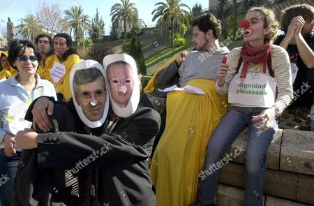 Cc09 - 20020209 - Caceres Spain : Two Supporters of Anti-globalization Movement Wearing Masks Representing the Ministers of Affairs of Spanish Foreign Minister Josep Pique (r) and British Foreign Secretary Britain Jack Straw (l) Demonstrate During a Peaceful Protest Against Globalization Saturday 09 February 2002 Near the San Francisco Monastery where Eu Foreign Affairs Ministers Meet Epa Photo Efe/bernardo Rodriguez/br/gb/mda Spain Caceres