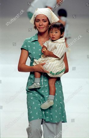 Md0-19980910-madrid Spain: Actress Maria Adanez Holds a Baby in Her Arms Wearing a Casual Green Cotton Dress and Grey Working Trousers Designed by Duyos-paniagua During the Pasarela Cibeles Fashion Show Presenting the Summer/spring '99 Collections Thursday 10 September in Madrid Epa Photo/ Efe/ballestros/b-cl Spain Madrid